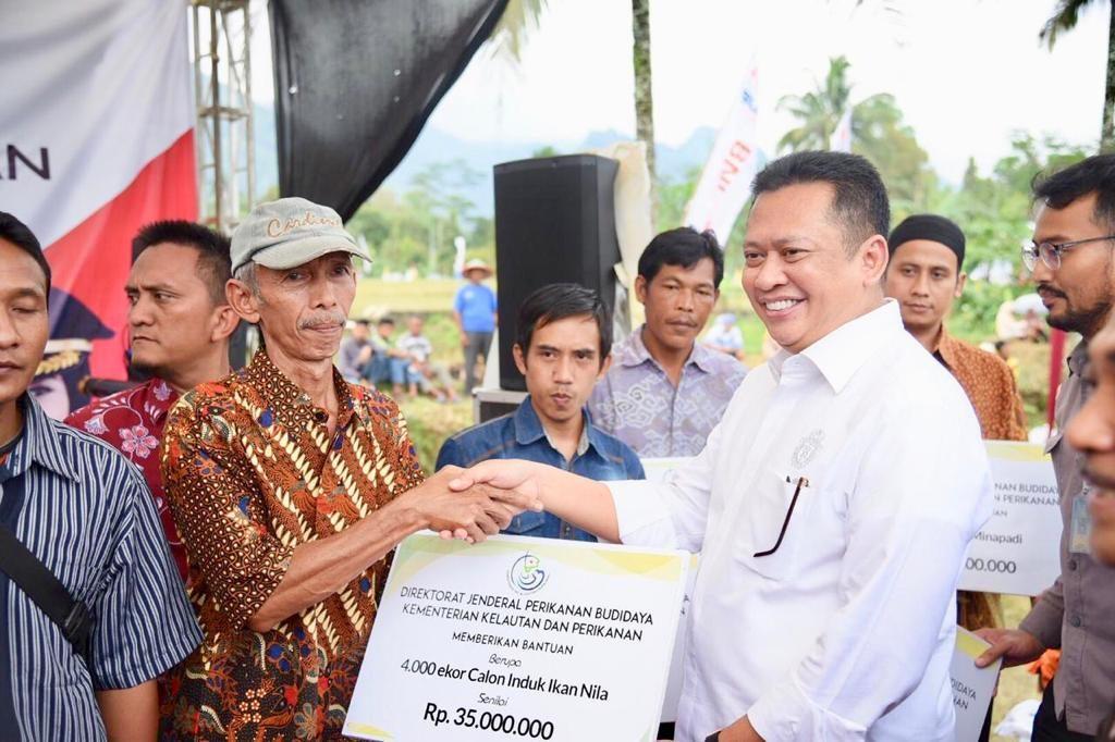 Bamsoet Serahkan Bantuan Puluhan Alat Pertanian