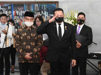 Ketua MPR RI Bambang Soesatyo menjadi inspektur upacara, memimpin serah terima jenazah tokoh pers nasional Jakob Oetama. Penyerahan jenazah Jakob Oetama