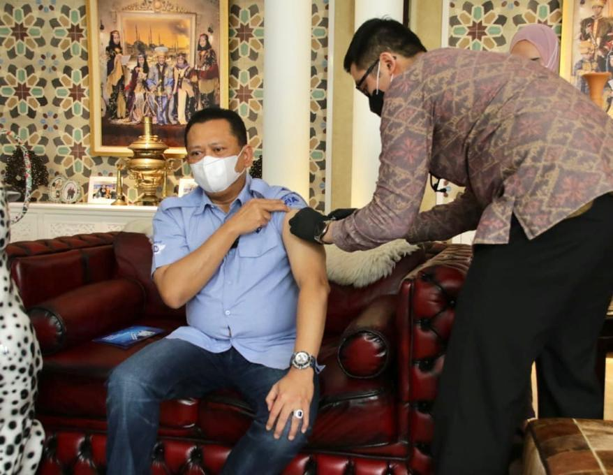 Bamsoet Disuntik Vaksinasi Covid-19